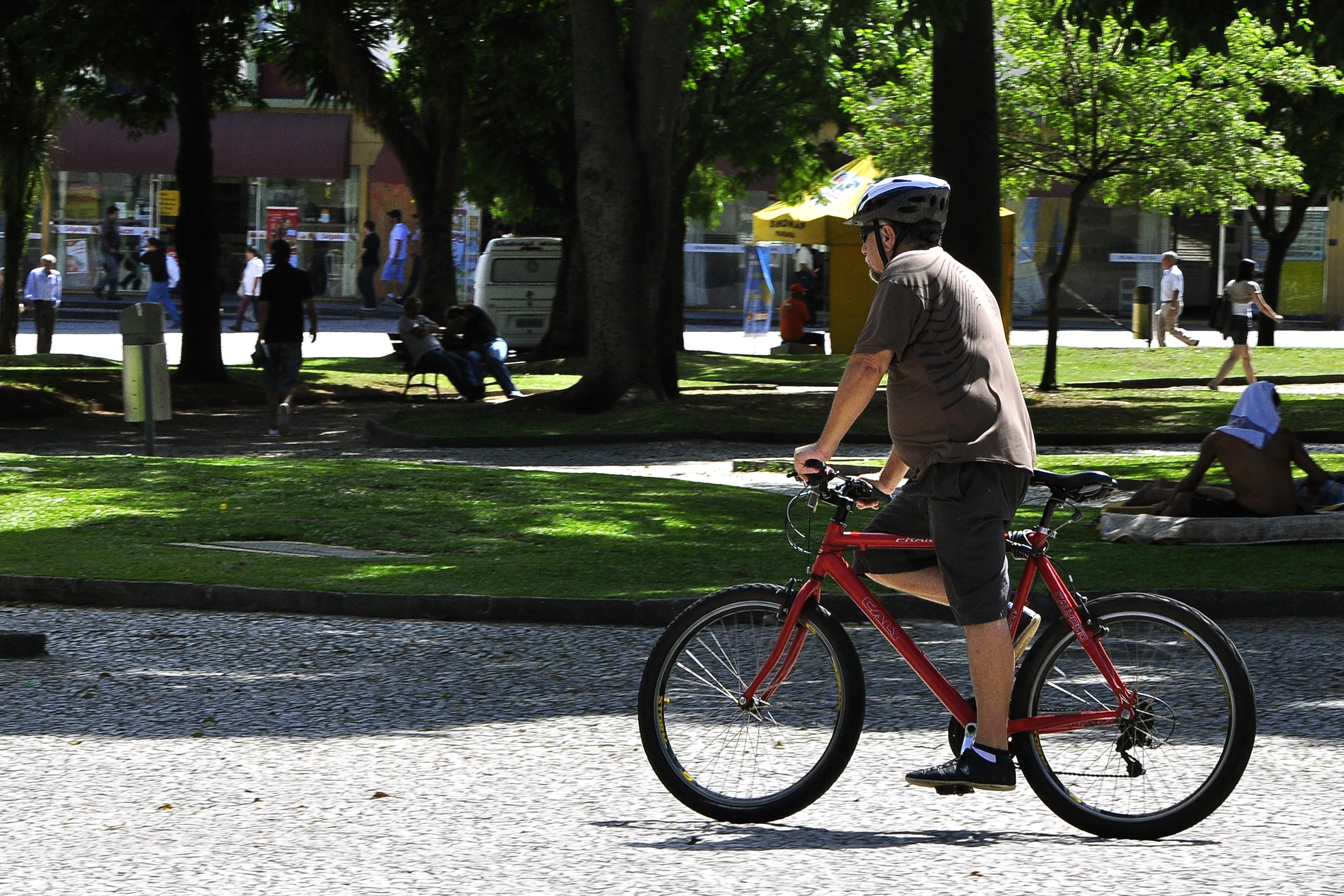 8e2aa996f38 Curitiba incentiva uso da bicicleta com ciclovia que gera energia e  investimento em iluminação