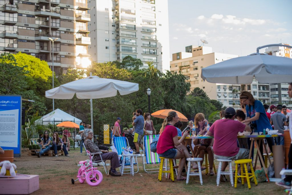 Público vivendo a praça (Foto: Victor Moriyama)