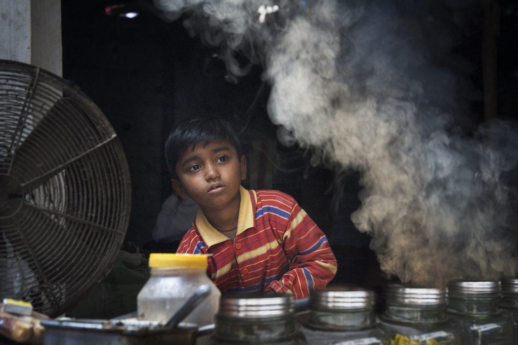Criança em um pequeno comércio na Índia (Foto: Jorge Royan/Wikimmedia Commons)