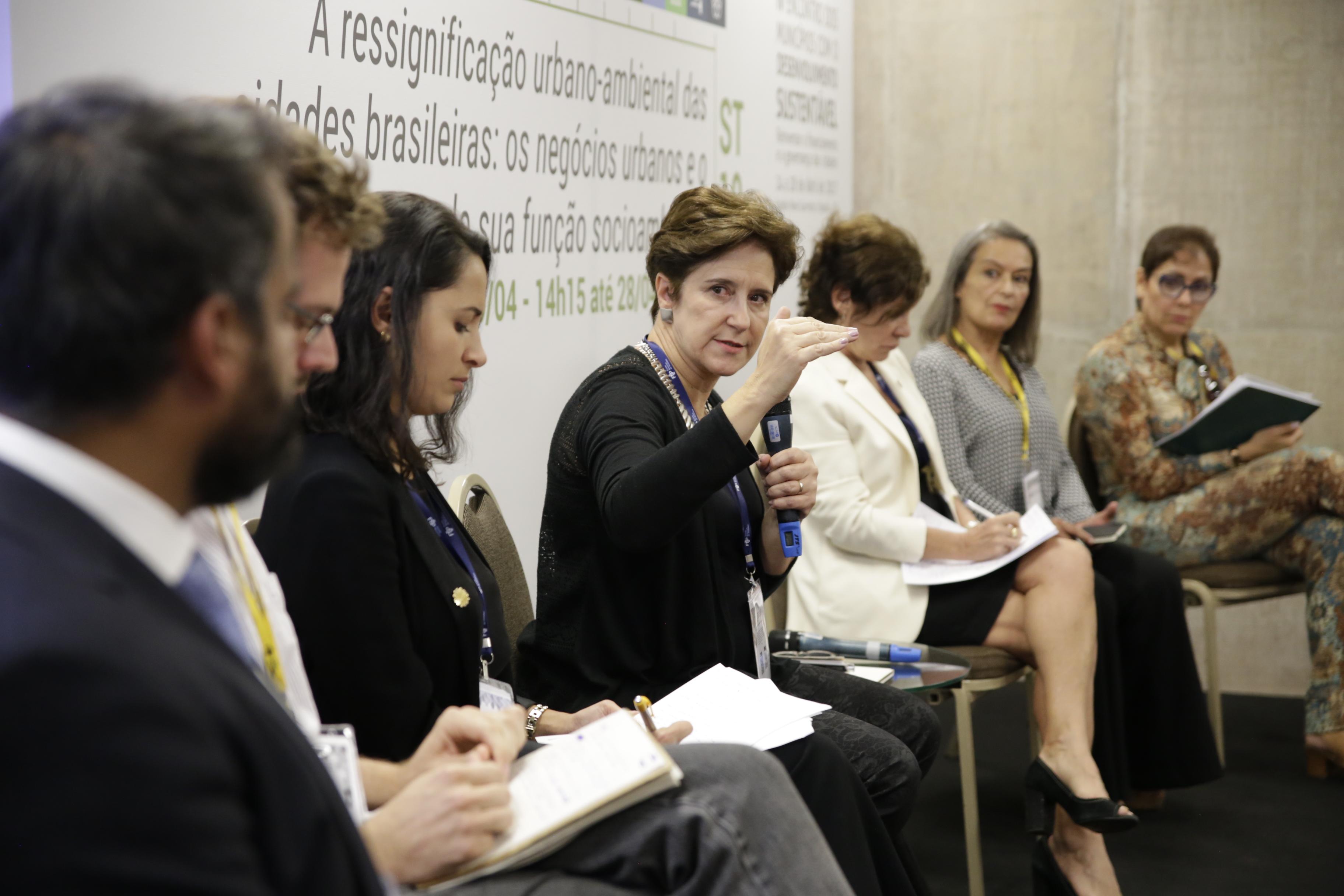 Mesa recebeu participantes com diferentes visões do processo de criação dos entes de governança metropolitana. (Foto: Mariana Gil/WRI Brasil)