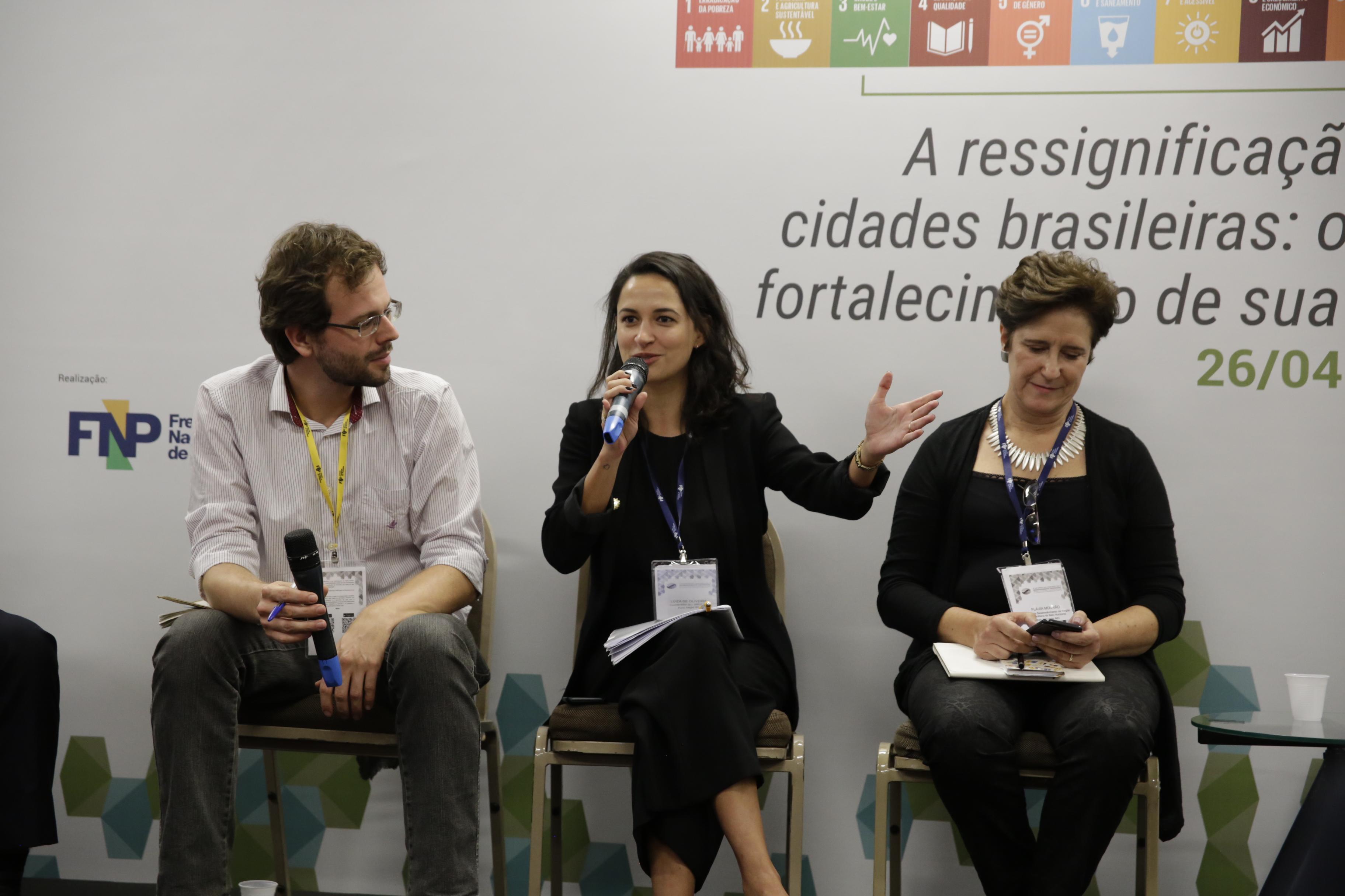 Luiza Oliveira, coordenadora de cidades do WRI Brasil, mediou a mesa. (Foto: Mariana Gil/WRI Brasil)