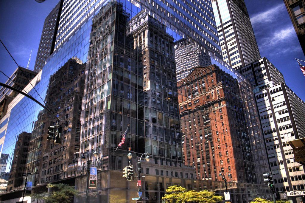 Antigas construções muitas vezes são encontradas à sombra de arquiteturas futuristas. (Foto: Mark Morgan/Flickr-CC)