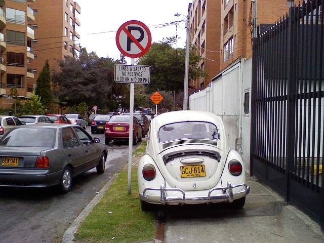 Carros estacionados na calçada em Bogotá (Foto: Carlos Felipe Pardo / Flickr)