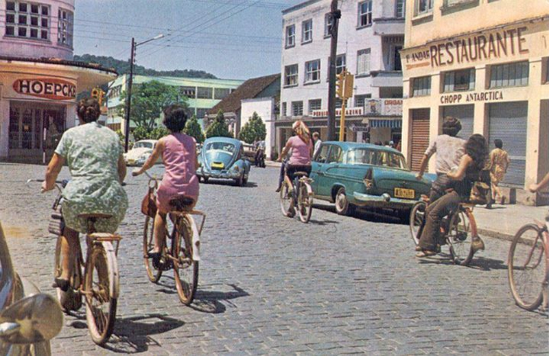 As bicicletas começaram a perder espaço em Joinville conforme aumentou a proporção de carros nas ruas (foto: divulgação)