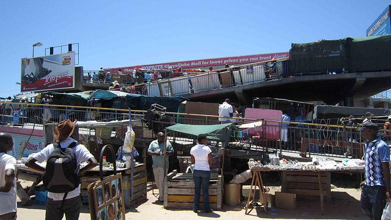 Barracas ao lado de uma estação de trem em Khayelitsha, Cape Town. (Foto: Stokperdjie/Wikimedia Commons)