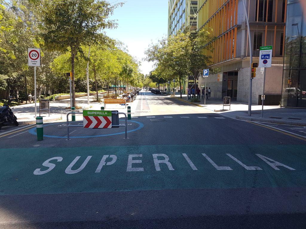 Superilla, como é chamada a superquadra em catalão, tem prioridade total a pedestres e ciclistas (foto: Bruno Felin/WRI Brasil)