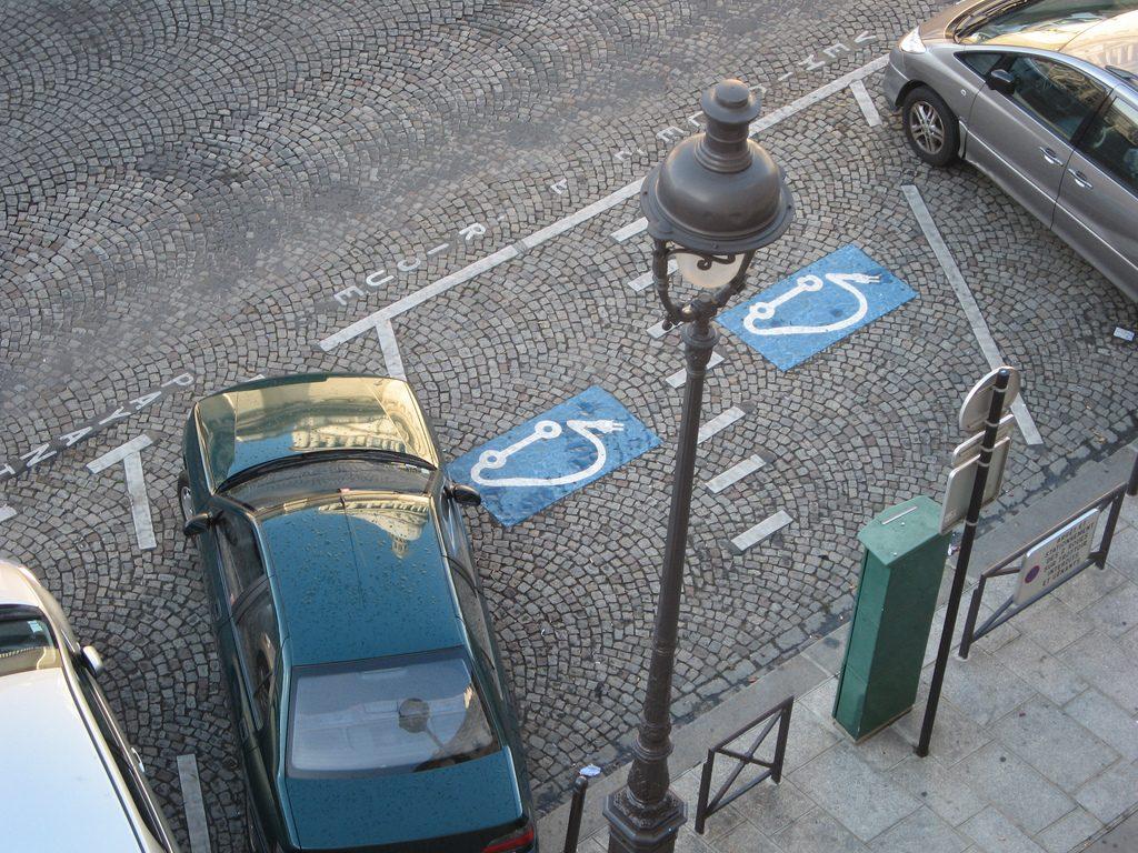Os baixos custos do carro elétrico deve inverter a lógica atual e tornar os carros a diesel obsoletos. (Foto: Hatters!/Flickr-CC)