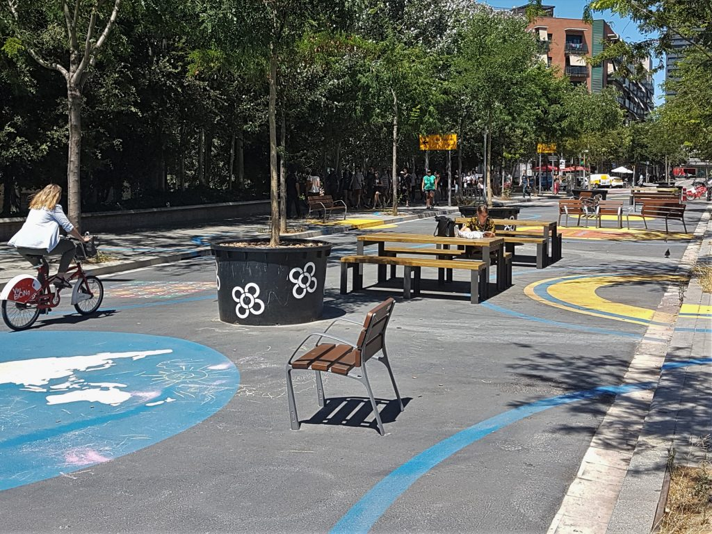 Um espaço que permite ler um livro no meio da rua (foto: Bruno Felin/WRI Brasil)
