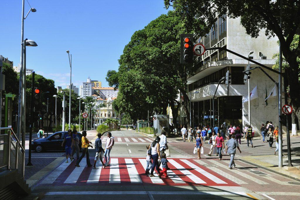 Avenida Santos Dumont, em Belo Horizonte, prioriza pedestres, ciclistas e o transporte coletivo (foto: Mariana Gil/WRI Brasil)