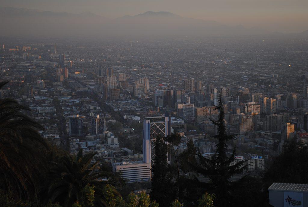 Vista aérea de Santiago permite visualizar a camada de poluição. (Foto: BruceW./Flickr-CC)