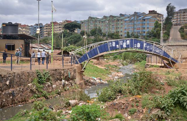 Novos edifícios altos são construídos ao lado de assentamentos informais em Nairobi, junho 2017. (Foto: Dennis Nyongesa/WRI)