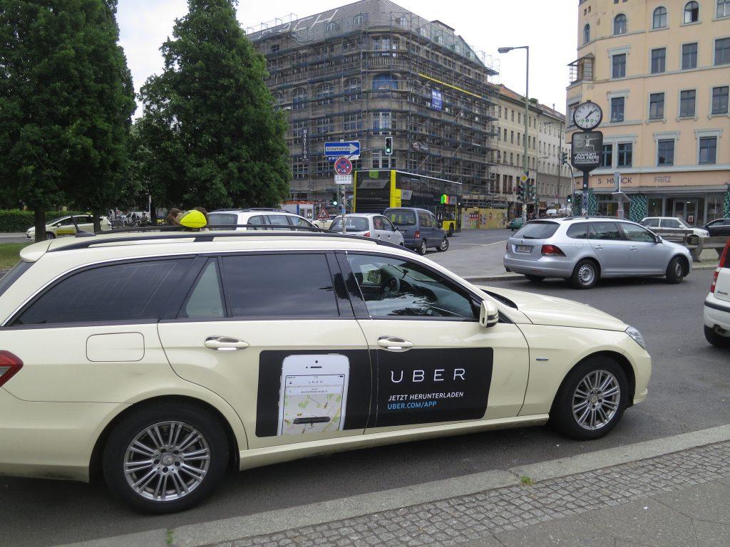 Serviços como a Uber estão tirando ou colocando carros nas ruas? (Foto: Alper Çuğun/Flickr)