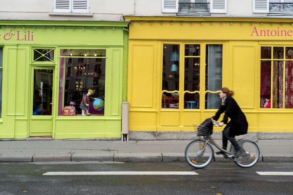 Mulher de bicicleta em Paris
