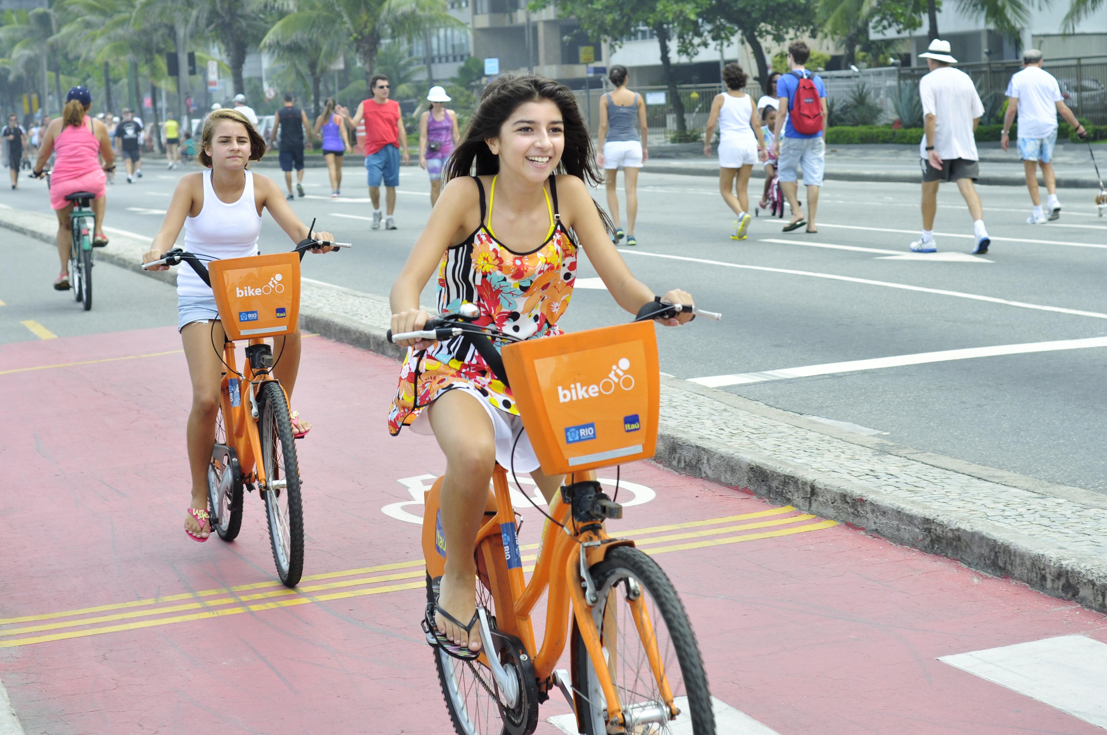 Jovens se divertem com o sistema de bicicletas públicas do Rio. (Foto: Mariana Gil / EMBARQ Brasil)