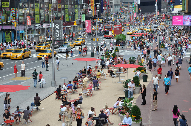 Times Square - após o active design, as pessoas ganharam muito mais espaço nas vias e estímulo ao transporte ativo. (Foto: NYC DOT/Flickr)