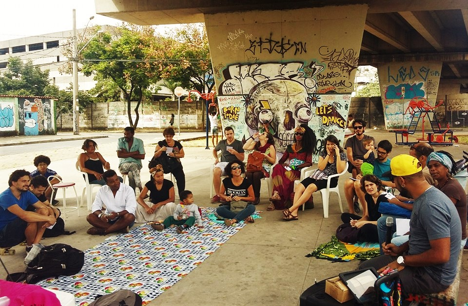(Roda de conversa na rua sobre igualdade racial, representatividade e democracia radical promovida pela Muitxs - Foto: Reprodução/Facebook)