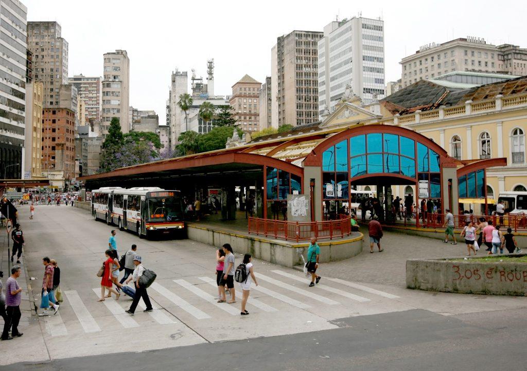 (Estação de ônibus próxima ao Mercado Público de Porto Alegre. Foto: Benoit Colin/WRI)