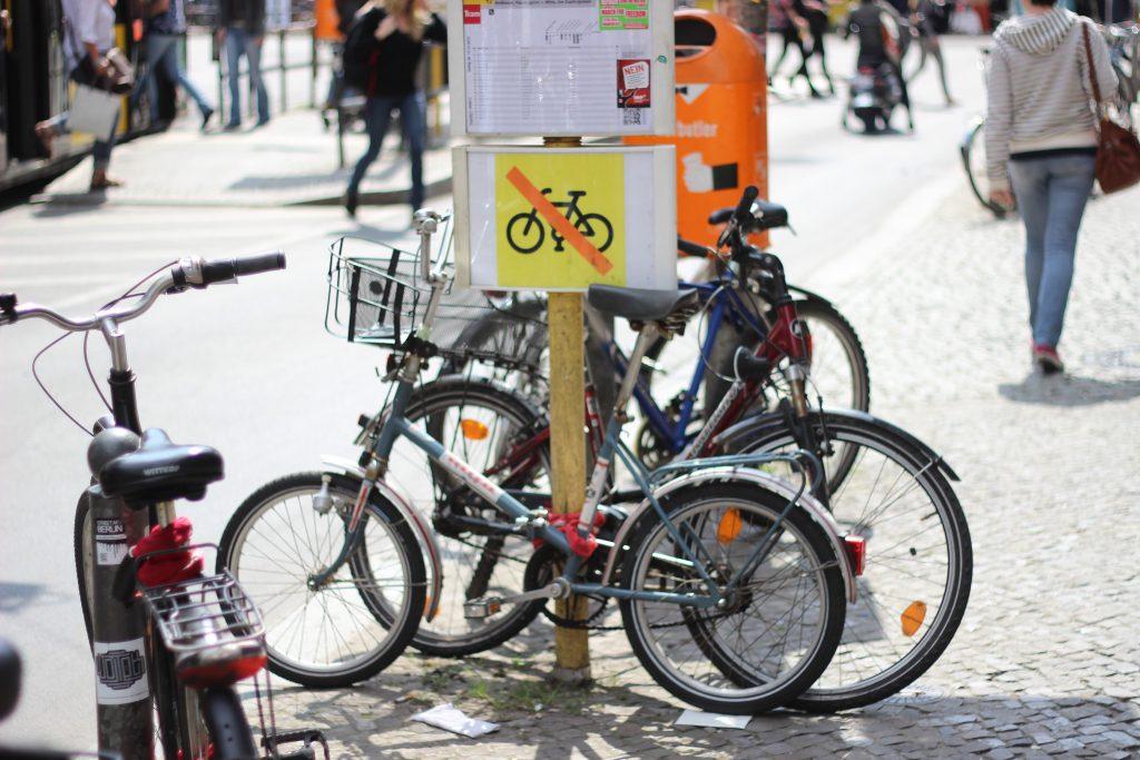 Bikes proibidas de estacionar em poste de Berlim. (Foto: Paul Kamblock/Flickr).