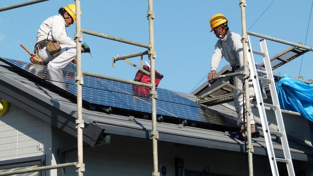 Instalação de um painel solar em Shanghai, China. (Foto: Jiri Rezac/The Climate Group)