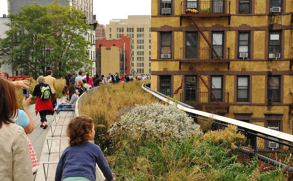 Revitalização da High Line, linha férrea desativada de Nova York, elevou os preços dos imóveis da região. (Foto: Steven Severinghaus/Flickr-cc)