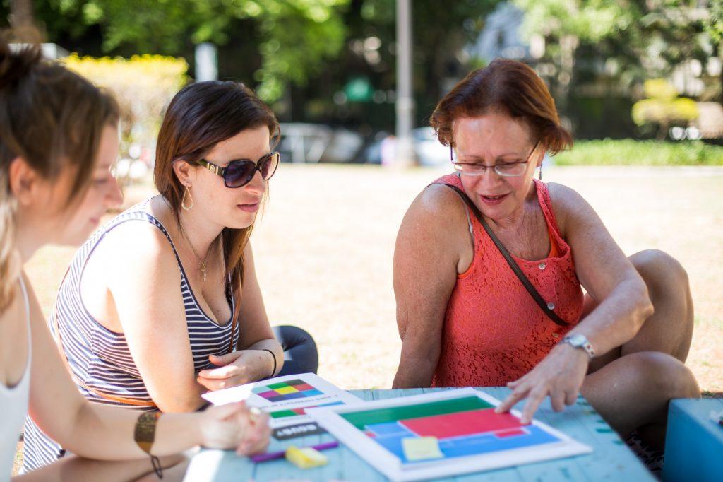 Jane (à direita) brincou no jogo sobre mobilidade urbana (Foto: Victor Moriyama)