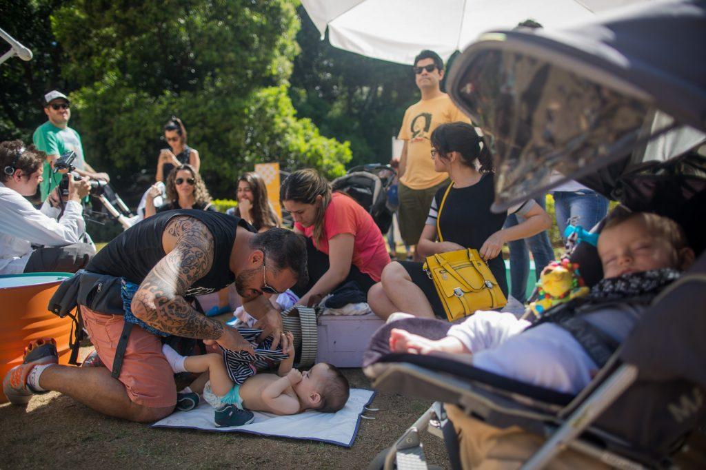 Pais, mães e filhos fizeram caminhada para discutir interação com os espaços públicos (Foto: Victor Moriyama)