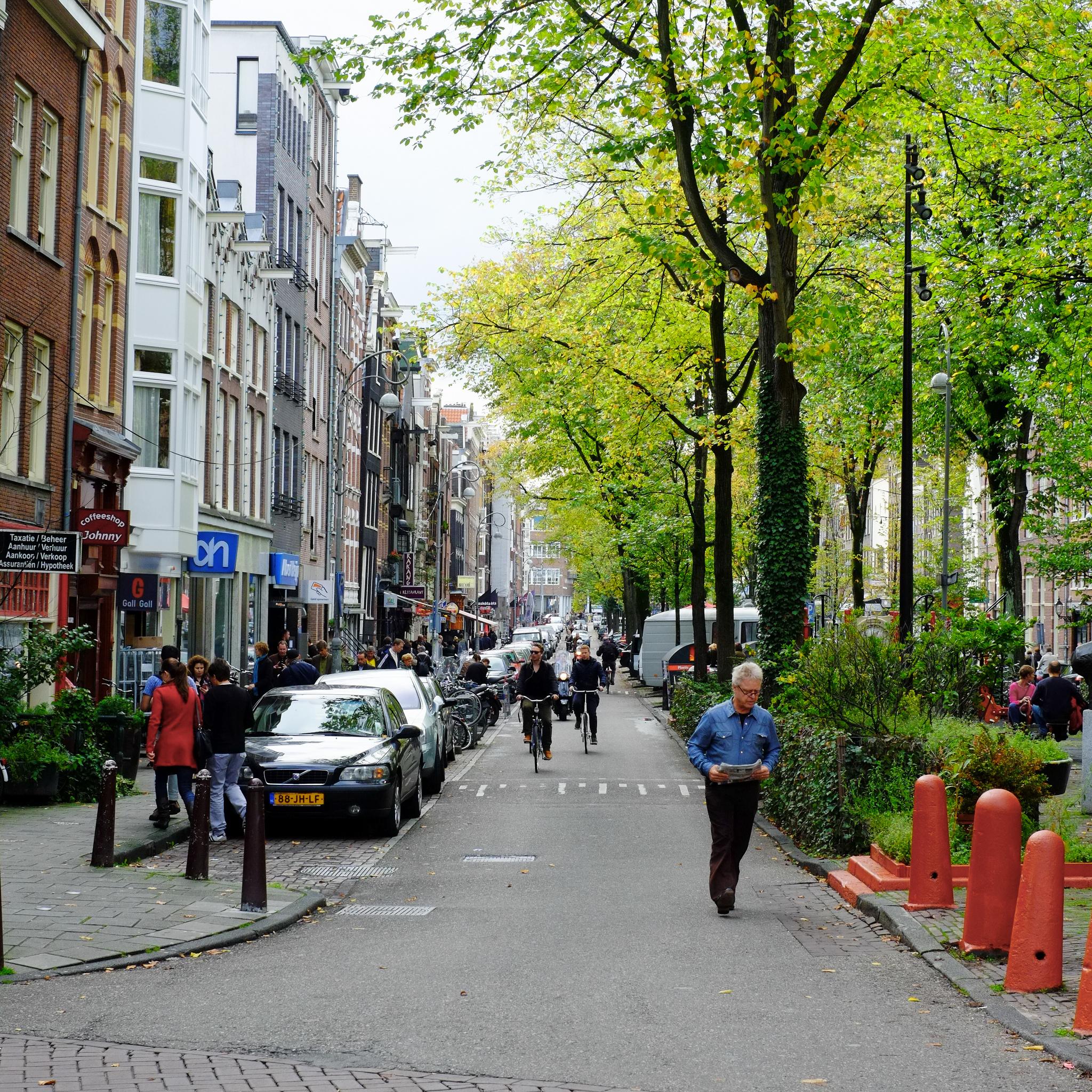 rua sem tráfego de veículos