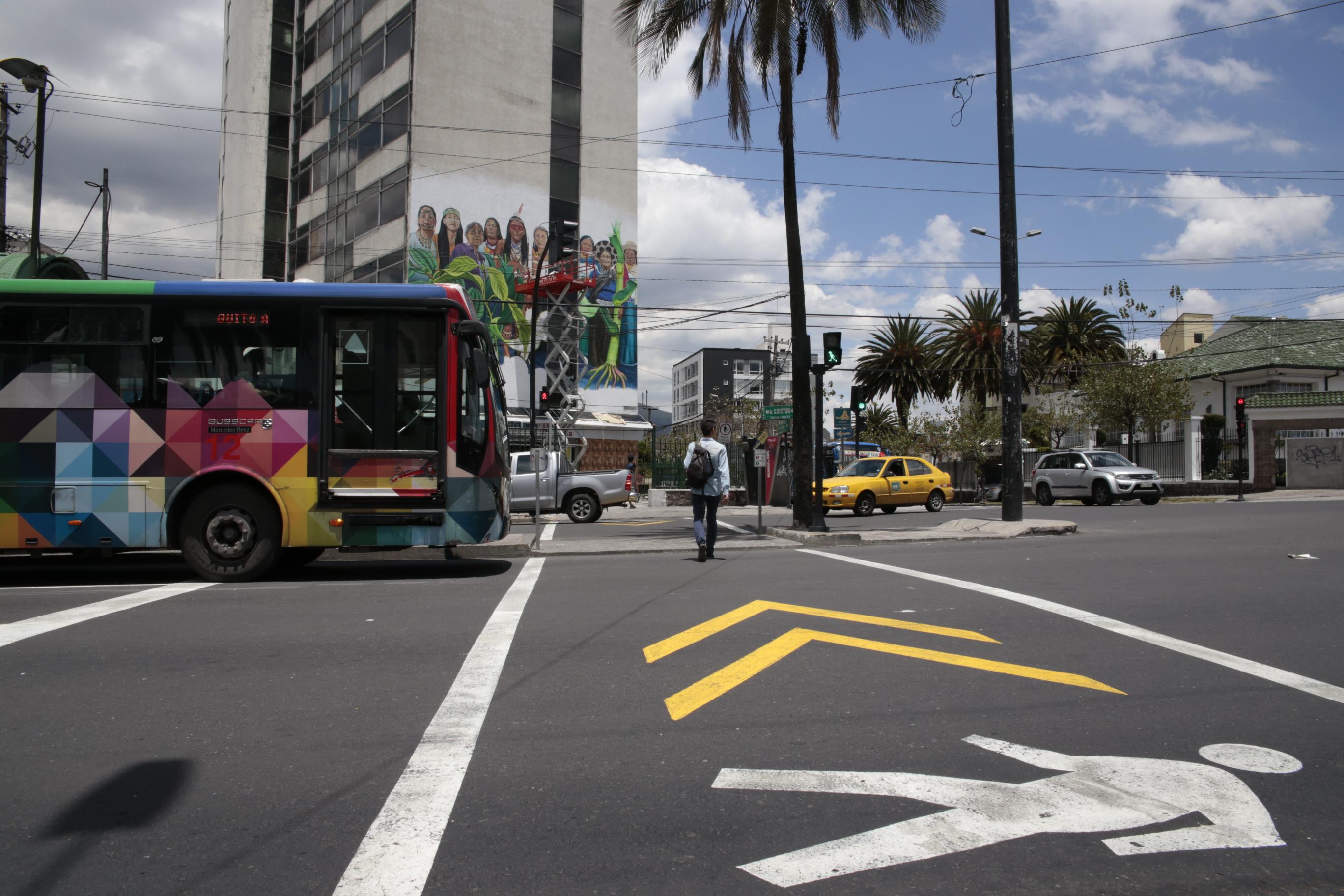 Travessia de pedestres em Quito (Foto: Bruno Felin/WRI Brasil Cidades Sustentáveis)