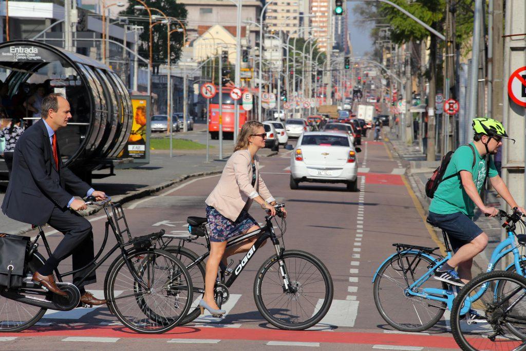 Holandeses andam de bicicleta na Via Calma da 7 de Setembro. - Na imagem, Maya Van der Berg. Curitiba, 18/09/2015 - Foto: Cesar Brustolin/SMCS