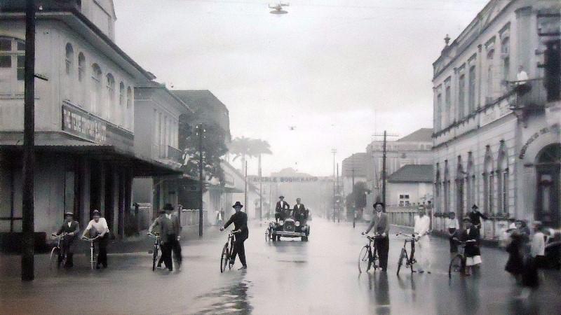 Como se vê, nem mesmo as enchentes impediam os ciclistas de circular (foto: divulgação)