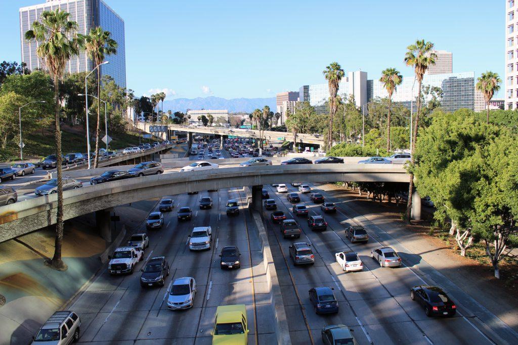 Trafégo normal em uma rua de Los Angeles, nos Estados Unidos (foto: Coolcaesar/Wikimedia Commons)