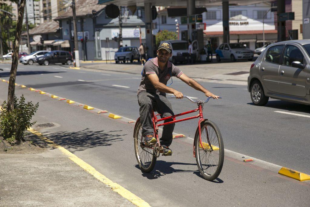 """Ciclofaixa com segregação física através de """"tartarugas"""" em Joinville. (Foto: Mariana Gil/WRI Brasil)"""