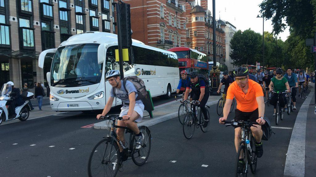 Larga ciclovia em Londres; ao fundo, a pista dedicada aos veículos automotores. (Foto: Luiz Fernando Hagemann)
