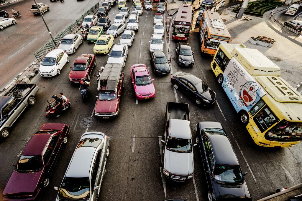 Transporte individual dominando as pistas. Transporte coletivo em um canto. (Foto: Tak H./Flickr-CC)