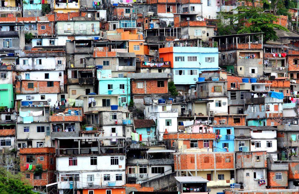 Até 2050, 3 bilhões de pessoas, a maior parte no sul global, estará vivendo em favelas. (Foto: dany13/Flickr-cc)