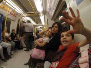 Ananda com os filhos no metrô de Londres. (Foto: Arquivo Pessoal)